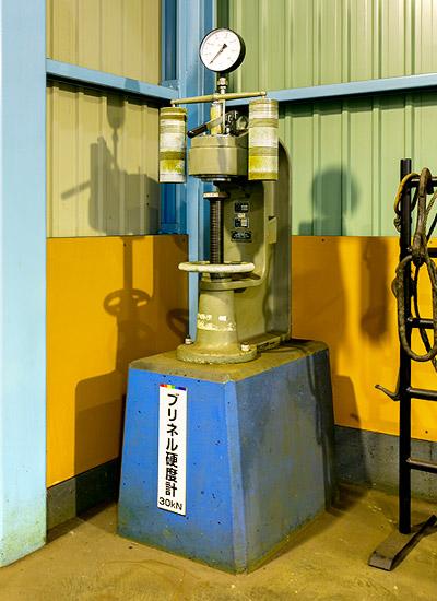 【ブリネル硬度計】試料を強い力で押しつぶし、そのへこみ具合から必要な強度が出ているかを検査する機械です。