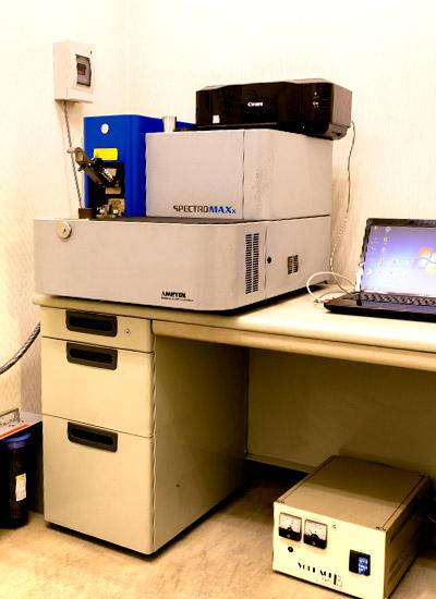 【発光分光分析器】鋳込まれた金属が、望み通りの材料配分になっているか検査する機械です。