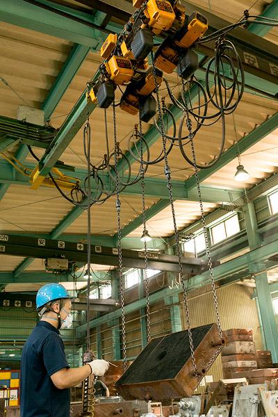 【鋳型反転機】2つのチェーンの輪で鋳型を吊り上げます。チェーンを巻き上げることにより、重い鋳型を裏返したりできます。