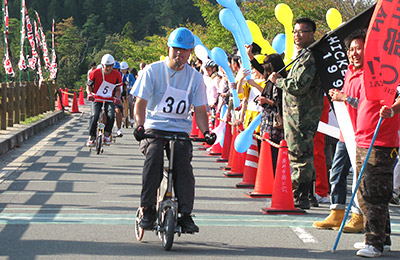 【三輪車レース】競技用の三輪車にて四時間耐久レースに挑みます。弊社では競技用車両の手配はもちろん、毎年3チームを編成して出場しております。